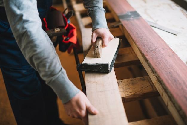 Концепция плотницких работ с мужчиной