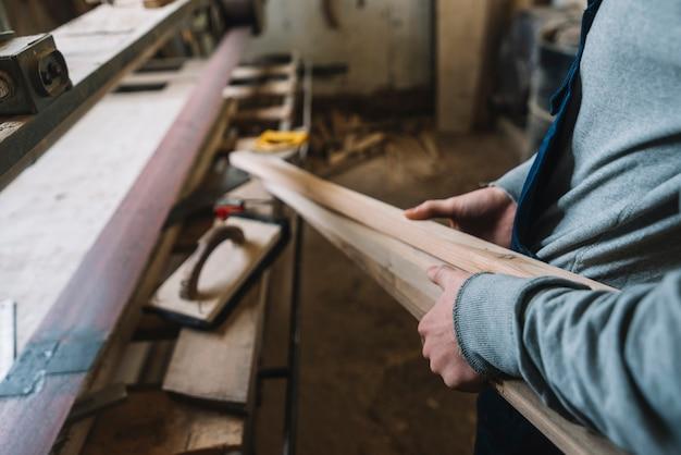 Концепция столярных работ с работником