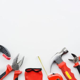 Strumenti di carpenteria su priorità bassa bianca