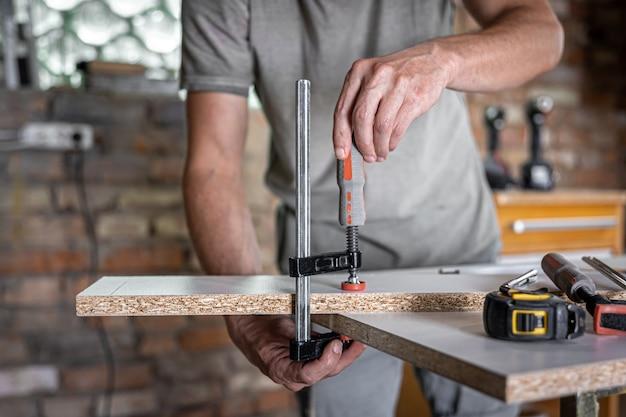 목공 도구, 목공 클램프, 건설 또는 목공 개념.