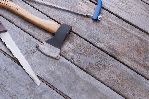 木製の背景に大工仕事ツール