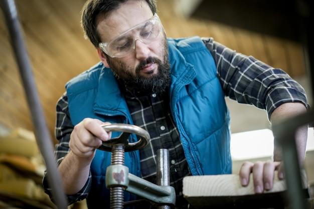 Мастерская столярной мастерской с инструментами