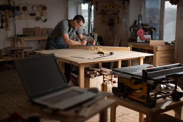 オリジナル家具の製造のための設備を備えた大工ワークショップ。