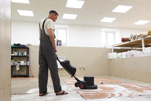 Химическая чистка ковров на профессиональной дисковой машине ранняя весенняя чистка или регулярная уборка Premium Фотографии