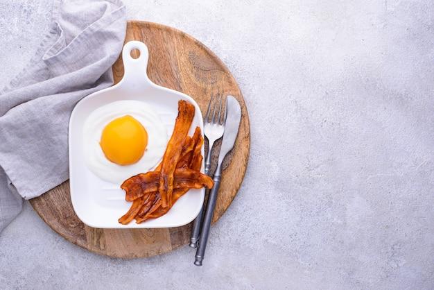 복숭아와 요구르트에서 당근 베이컨과 계란
