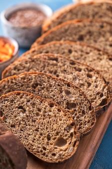 Морковный хлеб. ломтики морковного хлеба. крупный план
