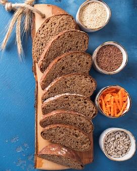 Морковный хлеб. ломтики морковного хлеба с семенами льна, кунжутом и семечками. здоровая пища. диетическая и веганская еда. вид сверху. крупный план