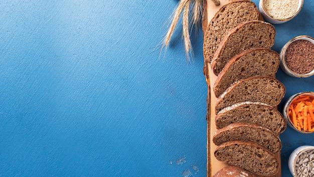 Морковный хлеб. ломтики морковного хлеба с семенами льна, кунжутом и семечками. здоровая пища. диетическая и веганская еда.