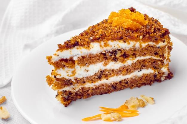 Морковный пирог с грецкими орехами. кусок торта на тарелке. сладкая еда. сладкий десерт.