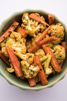 풀고비와 가자르를 이용해 만든 당근 콜리플라워 아챠. 매콤달콤한 인도산 제철피클