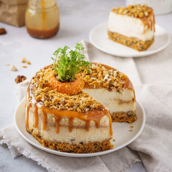 にんじんチーズケーキとクルミとキャラメルとカットケーキ