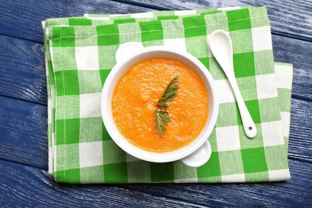 Крем-суп из моркови на столе крупным планом