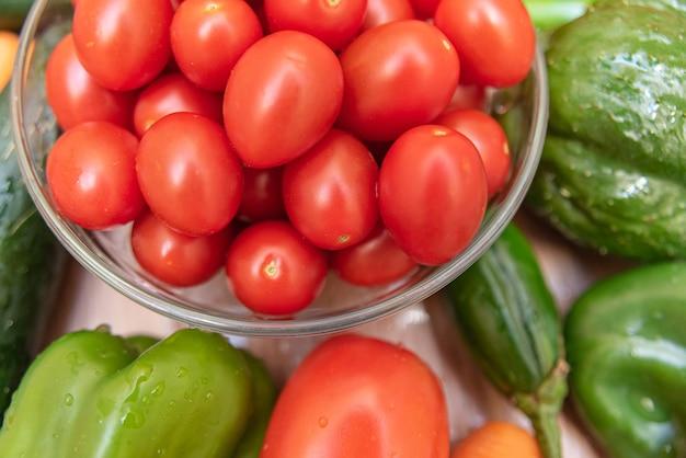 Carota, cetriolo, chayote, pomodoro e peperoni in tavola