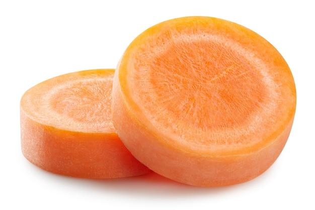 Кусочки моркови изолированы. морковь, изолированные на белом фоне