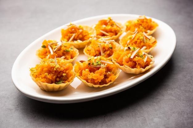 にんじんまたはガジャールハルワカナッペまたはカナッペまたはフュージョンタルト、ドライフルーツを添えて。インドのデザート