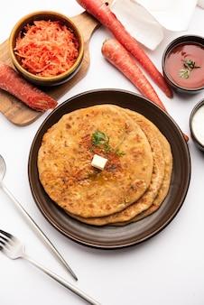 당근 또는 가자 르 카 파라 타는 통 밀가루와 당근으로 만든 인도의 누룩을 넣지 않은 플랫 브레드 인 펀 자브 요리입니다. 케첩과 커드와 함께 제공