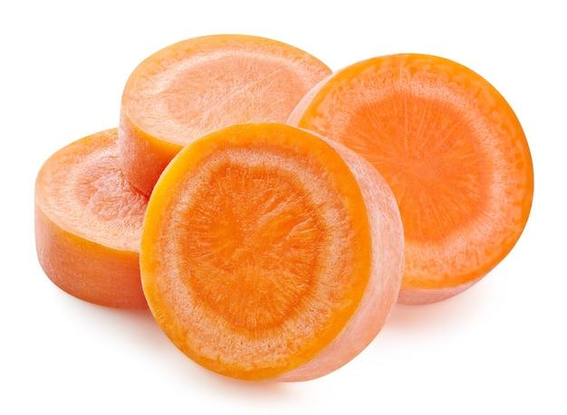 Ломтики моркови изолированные крупным планом