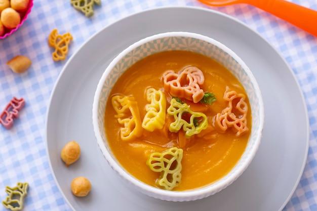 Zuppa di carote, animali di pasta, cibo sano per bambini