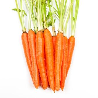 白い背景で隔離の葉とニンジン野菜