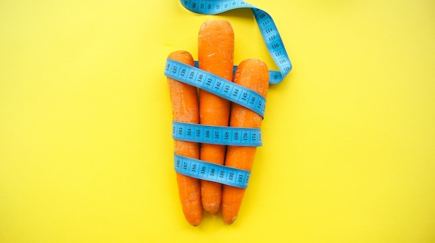 Морковь с рулеткой. концепция диеты