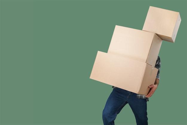 Несущий человек стек коробки доставки фоновой копии