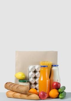 Проведение пакета продуктовых продуктов питания и напитков из магазина. пожертвование. концепция доставки еды.