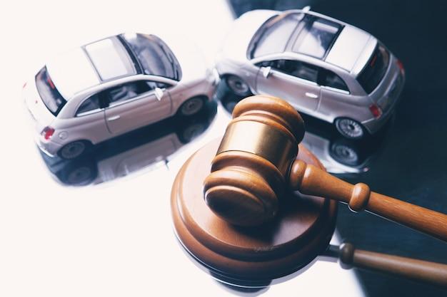 車と裁判官のハンマー。事故後のコンセプト訴訟