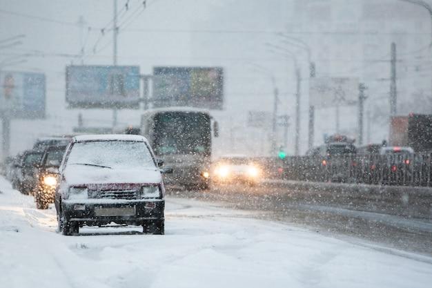 눈보라와 눈보라로 인해 도로의 자동차와 운송 수단이 교통 체증에 갇혔습니다. 겨울철 눈과 얼음으로 인해 차량이 느리게 이동합니다. 도시 개념의 겨울 자연 재해