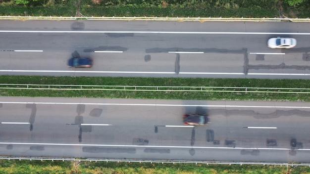 車の動きがぼやけています。ひびの入った高速道路の上面図