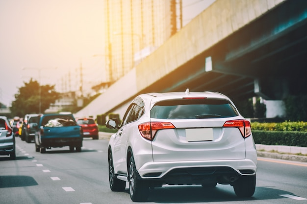 고속도로에서 운전하는 자동차