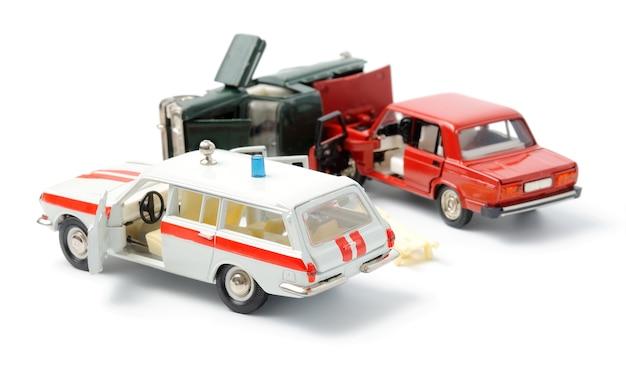 Автомобили в аварии на белом фоне и машина скорой помощи