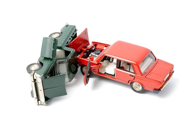 白い背景の上の事故の車