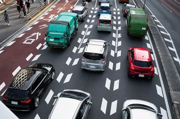 Автомобили в городском потоке при дневном свете
