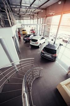 Автомобили в автосалоне на выставке