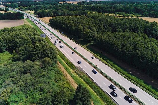 高速道路での車の動き空中写真郊外の高速道路での車の交通