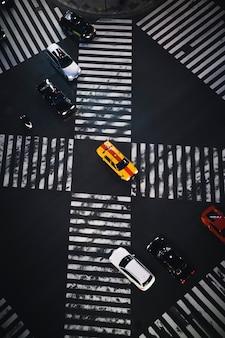 日本の横断歩道上の車