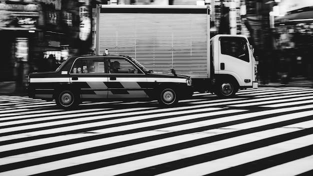 일본에서 횡단보도에 자동차