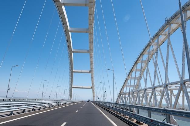 Автомобили на крымском автомобильном мосту, соединяющем тамань и керчь