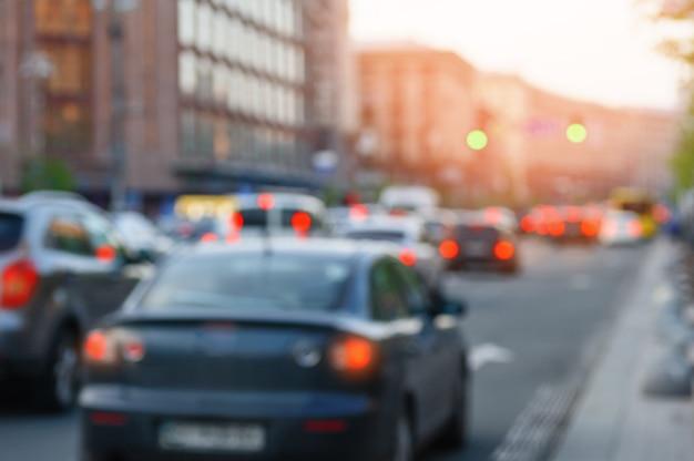 Автомобили на улице с размытыми огнями фокусировки