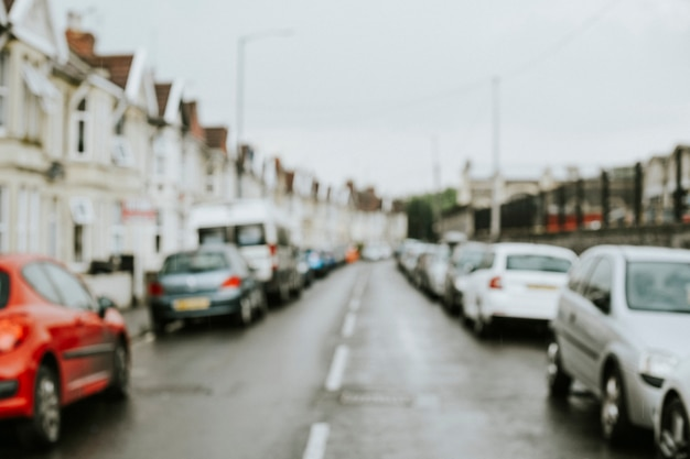 Автомобили, припаркованные вдоль ряда домов