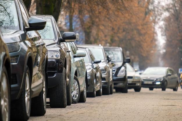街の通り側に一列に駐車した車。