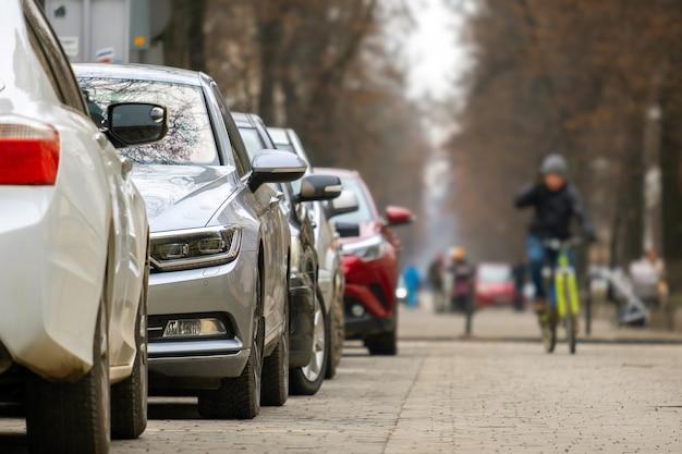 자동차는 도시 거리쪽에 연속 주차되어 있습니다.