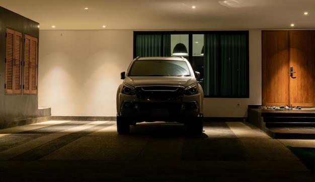 밤에는 주차장에 차가 주차되어 있습니다.