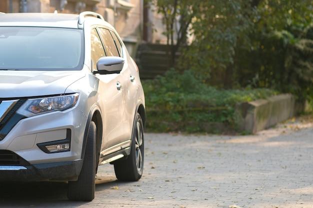 Машины припаркованы на обочине городской улицы в пешеходной зоне.
