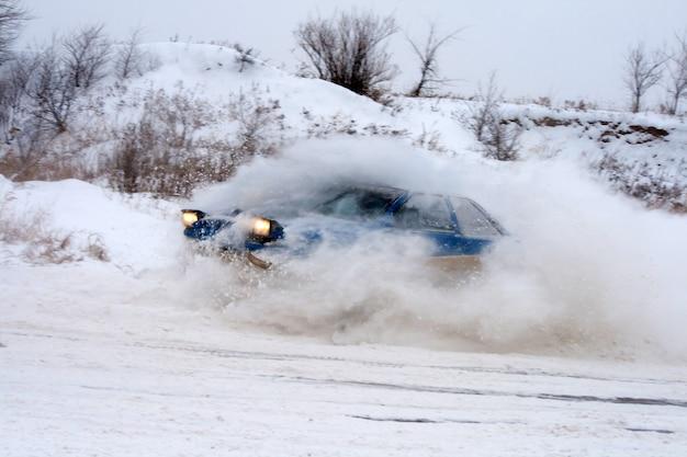 冬のレースに乗る車