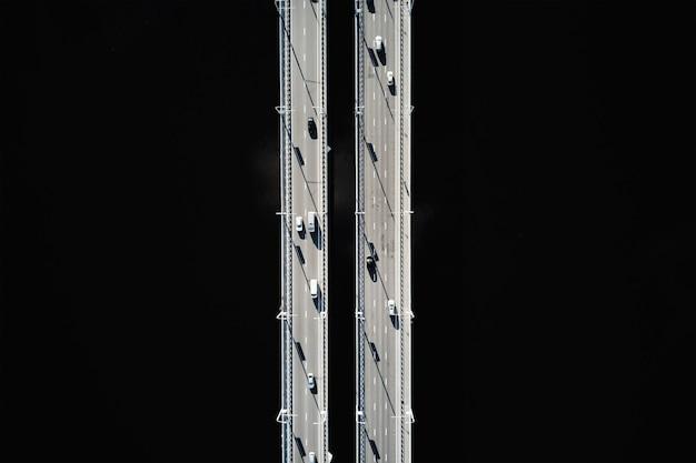 Движение автомобилей на мосту через реку вид сверху на мост через реку сож в гомеле беларусь
