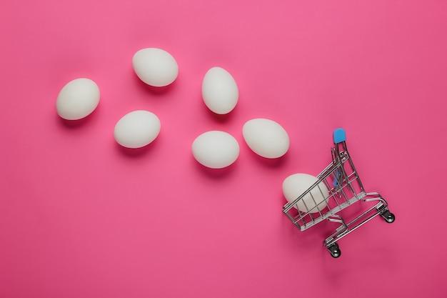 ショッピング用カートとピンクの鶏卵