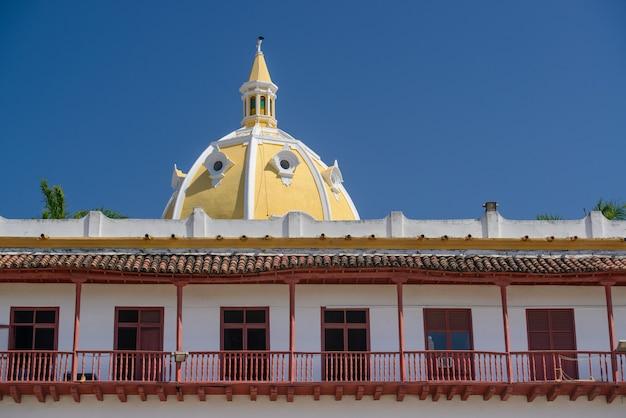 Cartagena das indias bolivarcolombiaパターン化された窓を作成するファサードの構築