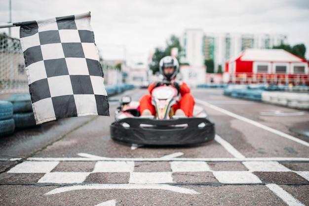 Картинг гонщик на стартовой линии, вид спереди