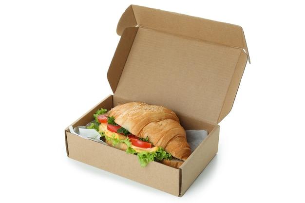 白で隔離のクロワッサンサンドイッチとカートンボックス